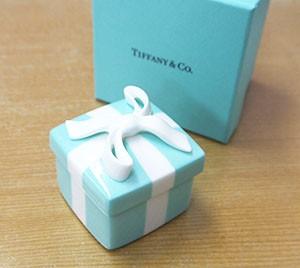 """ティファニーの某ボックスも記念に贈呈(1837年創業の同店は 元祖""""雑貨屋さん""""。その長い歴史にあやかってもらいたいとの願いです)"""